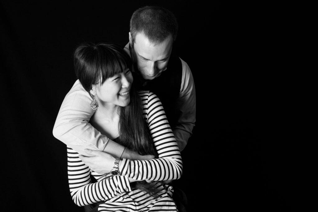 2人の自然な婚約写真_エンゲージメントフォト