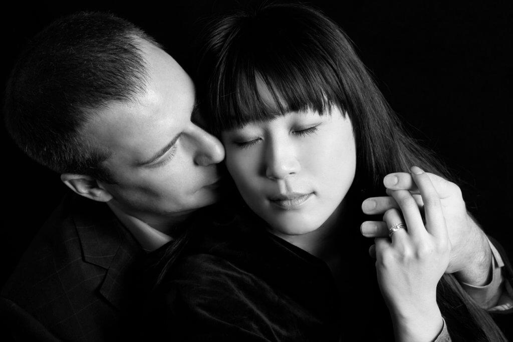 モノクロで2人の自然な婚約写真_エンゲージメントフォト