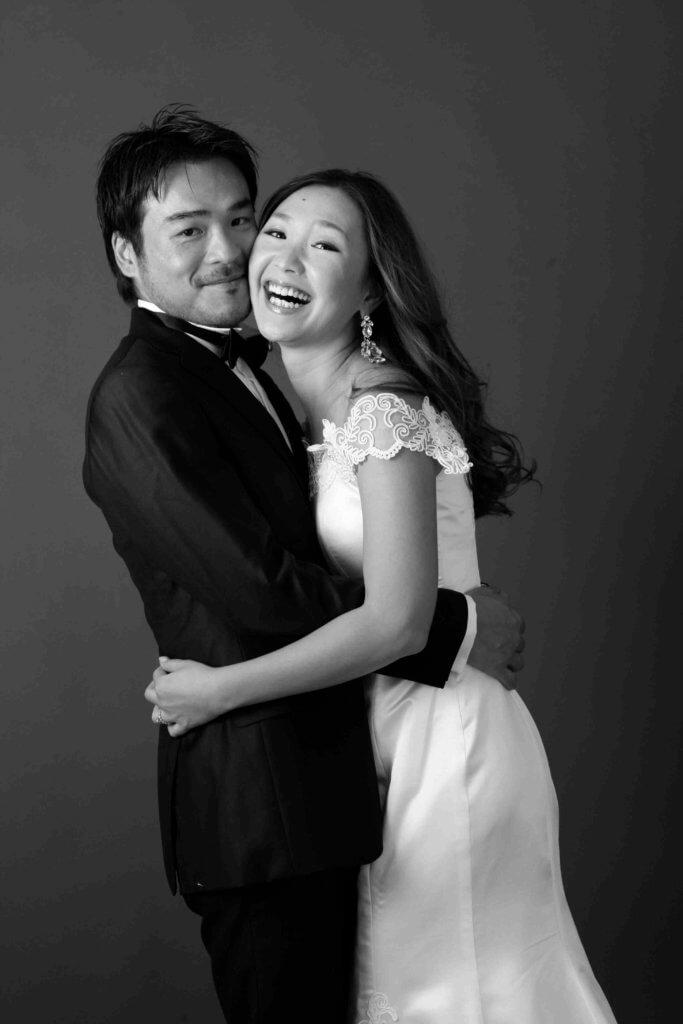 ドレスを着て2人の自然な婚約写真_エンゲージメントフォト