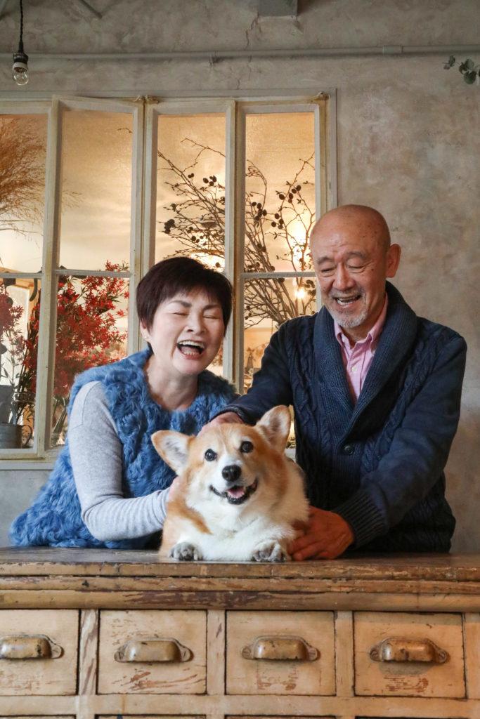 夫婦写真 記念 犬 自然