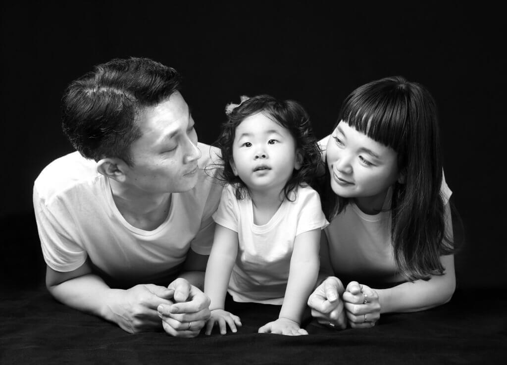 家族写真 モノクロ スタジオ