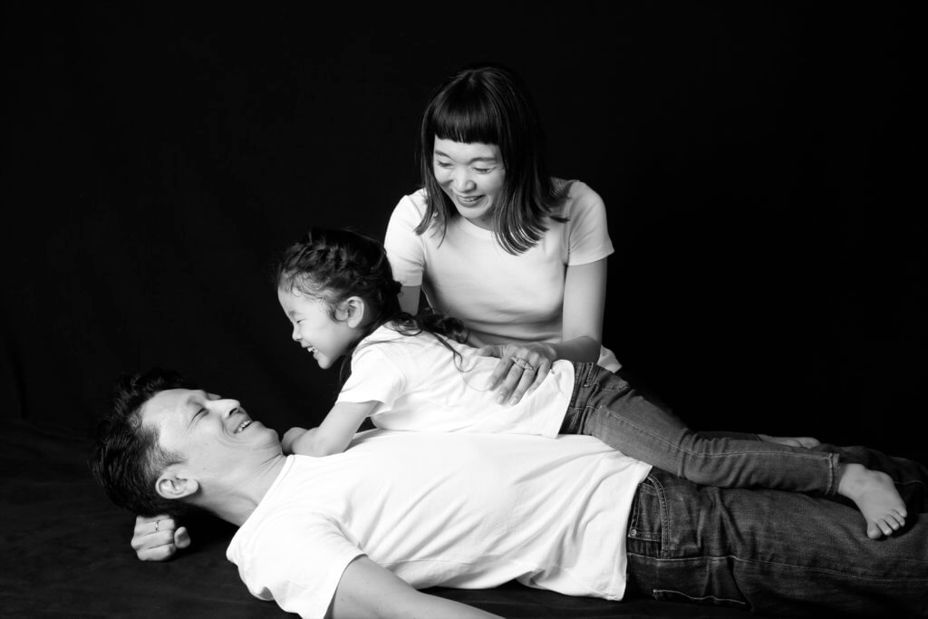 家族写真 モノクロ 親子
